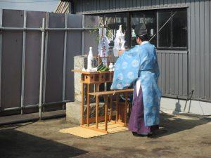 敷地内にあった鰻の供養塔移設のためお祓いを行いました。
