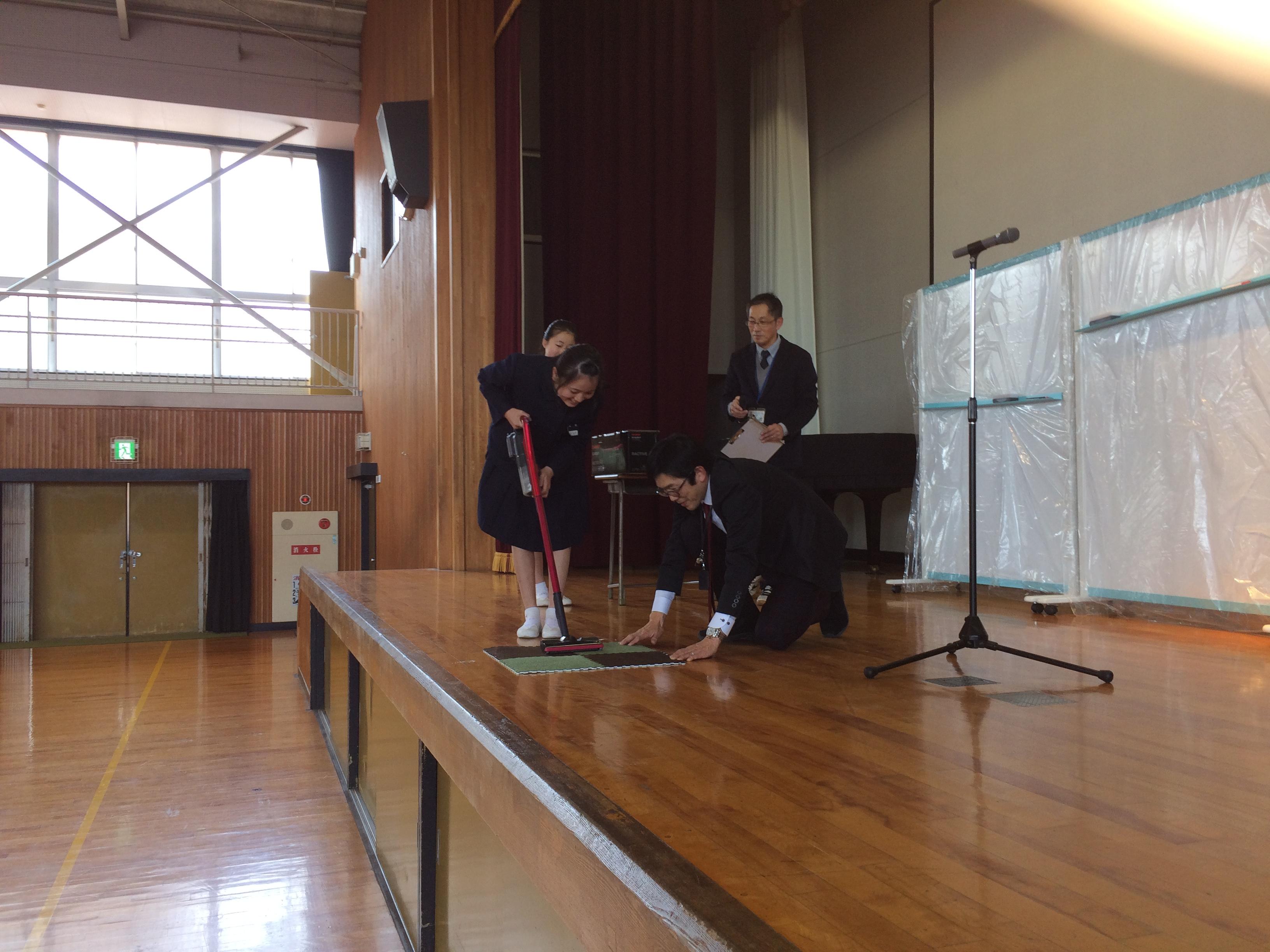 浦安小学校様に寄贈品を贈呈しました。